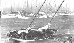 Segelbåt i hamn hårt väder
